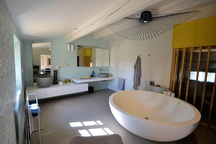 une baignoire ronde. Black Bedroom Furniture Sets. Home Design Ideas