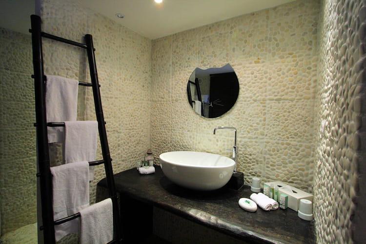 Galet noir salle de bain for Salle de bain galet et bois
