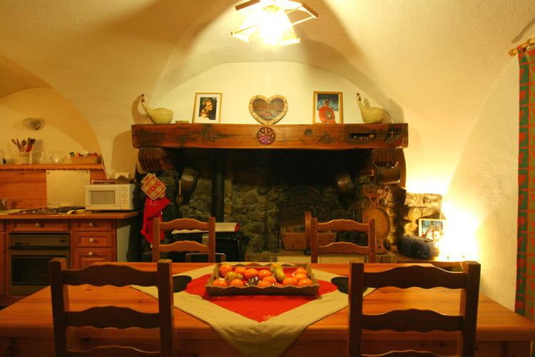Ambiance chaleureuse en cuisine au chaud devant la for Cheminee de cuisine photo