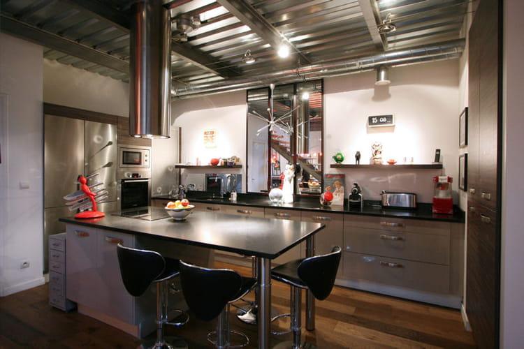 une cuisine de r ve une maison loft chaleureuse et m tiss e journal des femmes. Black Bedroom Furniture Sets. Home Design Ideas