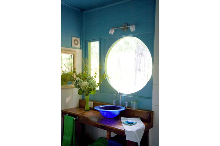 Sous une fen u00eatre ronde Une maison en boisà la déco arc en ciel Journal des Femmes # Fenetre Ronde Bois