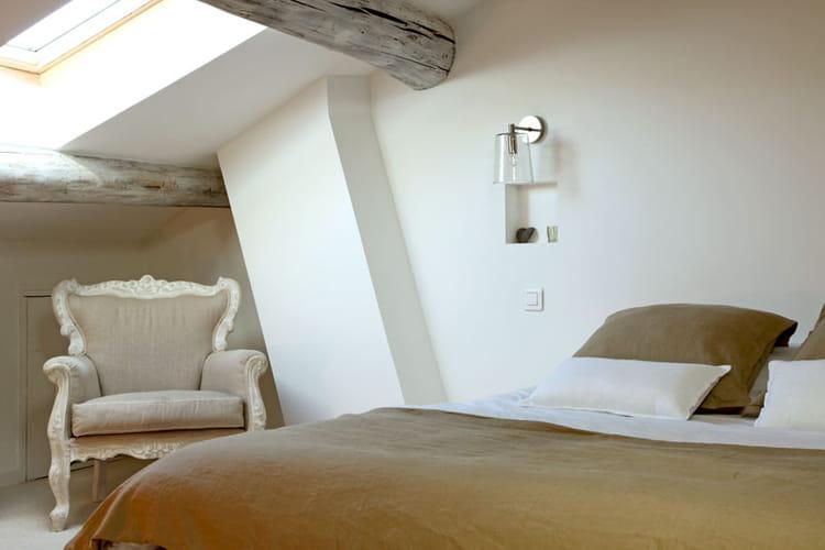 Une chambre sous les toits d co blanche et lumi re dans - Chambre sous les toits ...