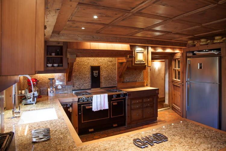 cuisine moderne dans d cor bois. Black Bedroom Furniture Sets. Home Design Ideas