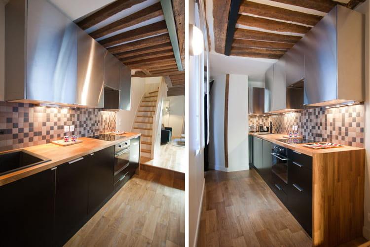Mobilier noir et plan de travail en bois for Cuisine 5m2 en longueur