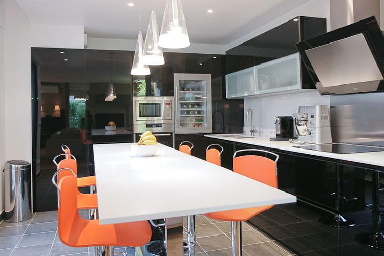 laque noire et brilante le noir en cuisine on adore journal des femmes. Black Bedroom Furniture Sets. Home Design Ideas