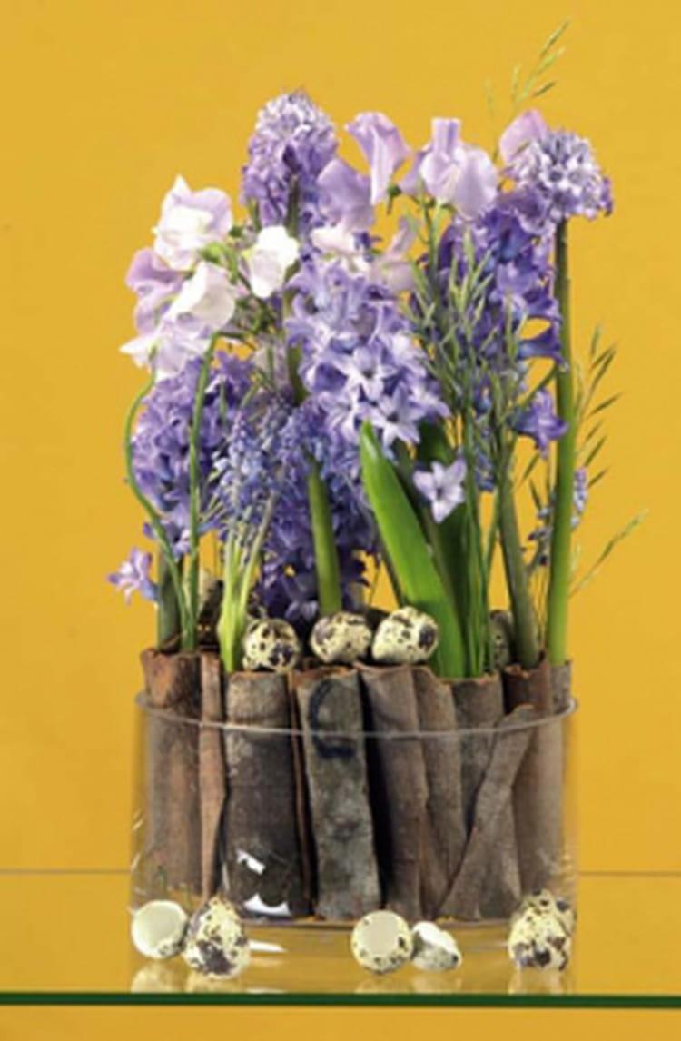 Une composition florale avec des jacinthes et muscaris for Composition florale