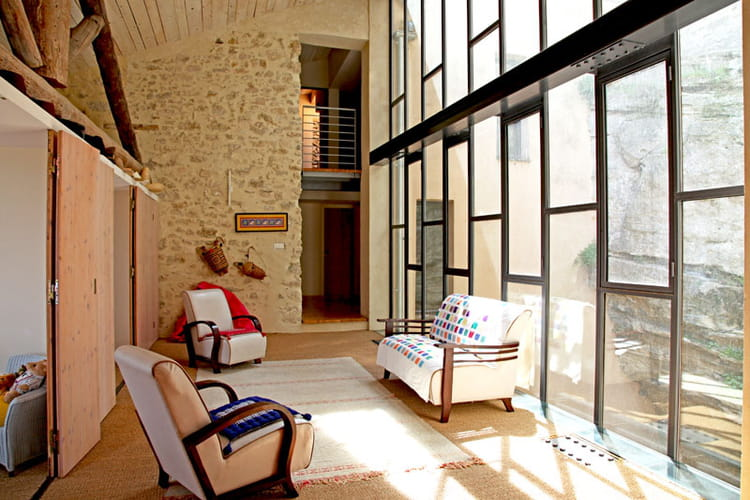 un salon en baie vitr e. Black Bedroom Furniture Sets. Home Design Ideas