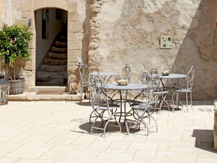 Dans la cour un salon de jardin en fer forg salon de jardin les plus belles photos pour s - Deco jardin fer forge toulon ...