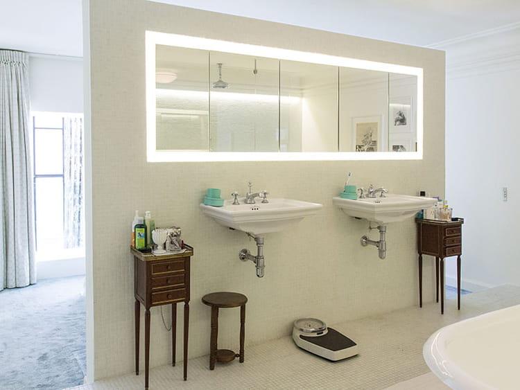 Salle De Bain Ouverte Sur Chambre Humidité : la tête de lit se trouve la salle de bains. Elle présente des …