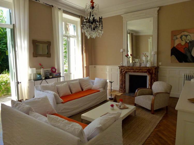 un salon chic et confortable visitez la maison de patricia journal des femmes. Black Bedroom Furniture Sets. Home Design Ideas