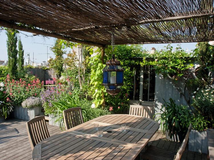 Salle manger sous la pergola un toit terrasse - Comment decorer une terrasse ...