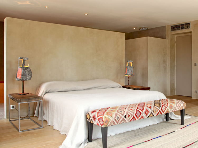 Cloison couleur terre 65 id es originales pour refaire sa t te de lit journal des femmes for Cloison chambre bebe