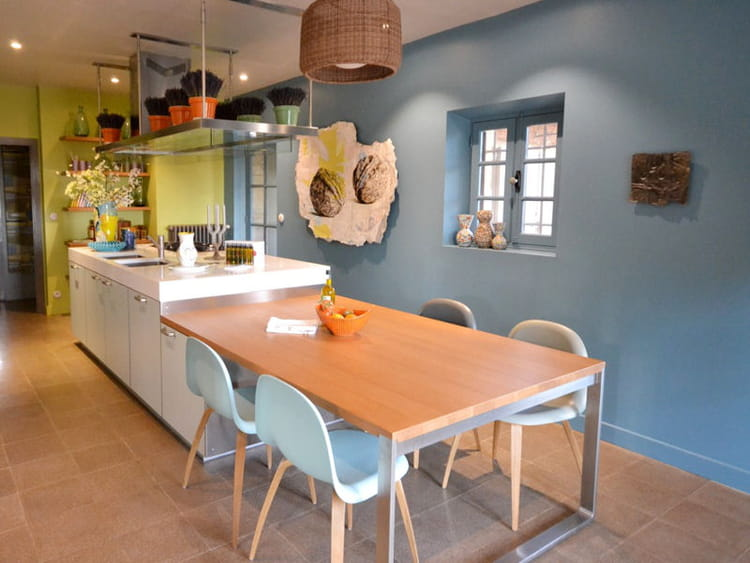 cuisine aux murs r tro d co bleue il flotte comme un petit air de vacances journal des femmes. Black Bedroom Furniture Sets. Home Design Ideas