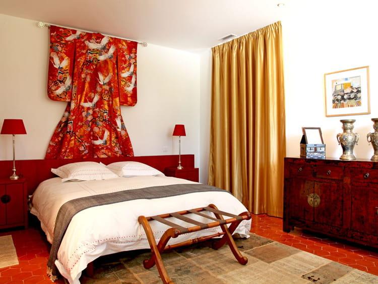 Chambre en robe nuptiale Une maison rouge à l espagnole  ~ Quarto Planejado Estilo Japones