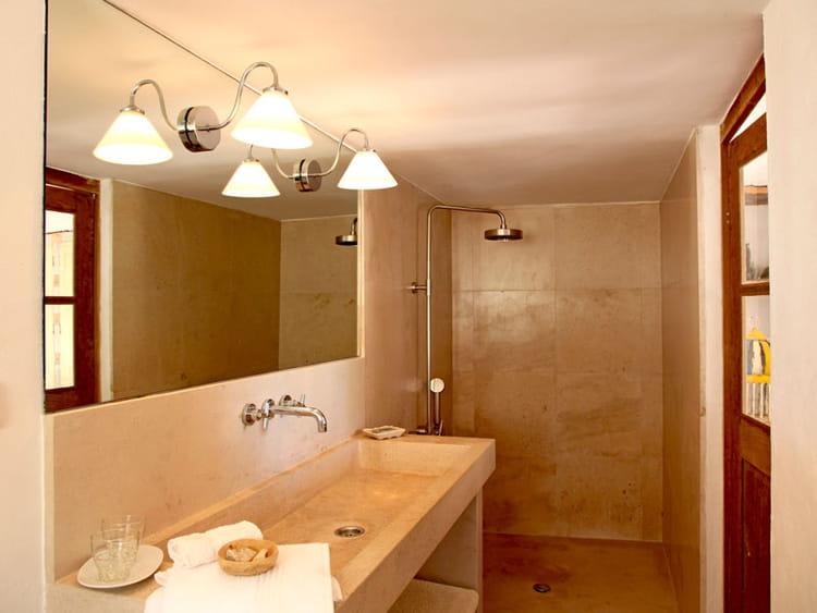 pierres lisses la salle de bains un refuge d co en bord de mer journal des femmes. Black Bedroom Furniture Sets. Home Design Ideas