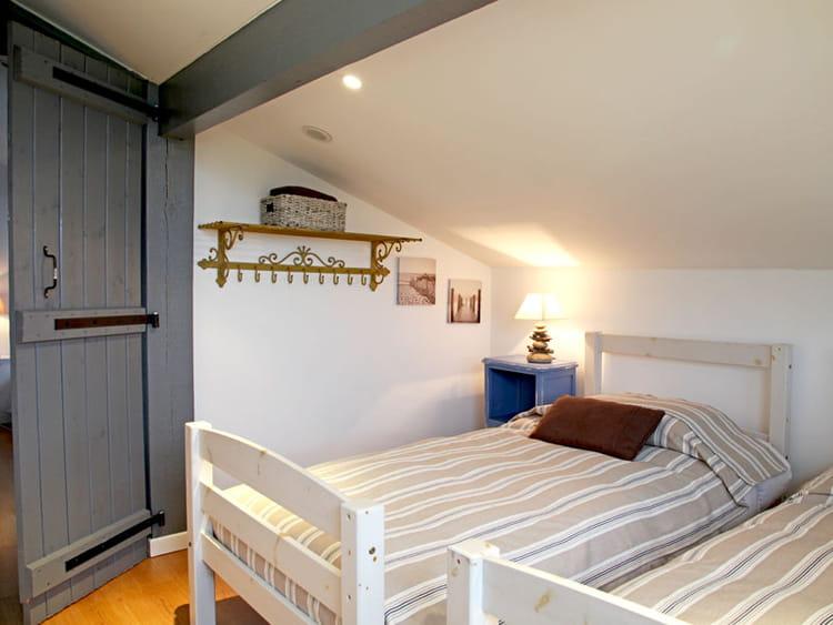 une chambre sous les toits une petite maison fa on brocante journal des femmes. Black Bedroom Furniture Sets. Home Design Ideas