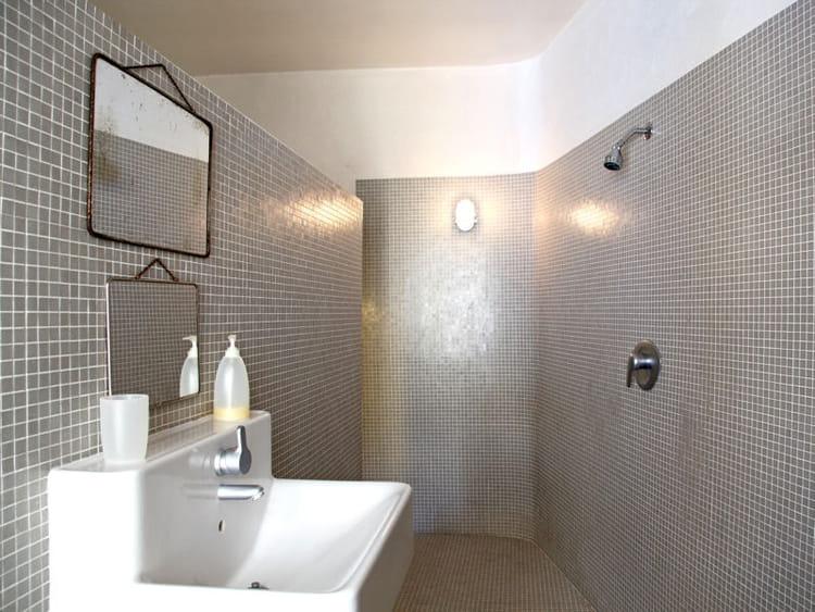ambiance grise salle de bains la mosa que cr e l 39 ambiance journal des femmes. Black Bedroom Furniture Sets. Home Design Ideas