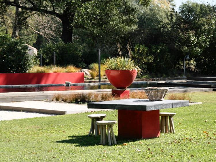 Table en b ton et peinture rouge le jardin design sobre for Table de jardin en beton