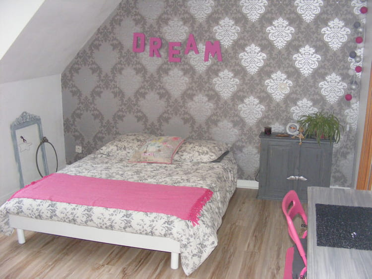 une chambre girly en rose et gris. Black Bedroom Furniture Sets. Home Design Ideas