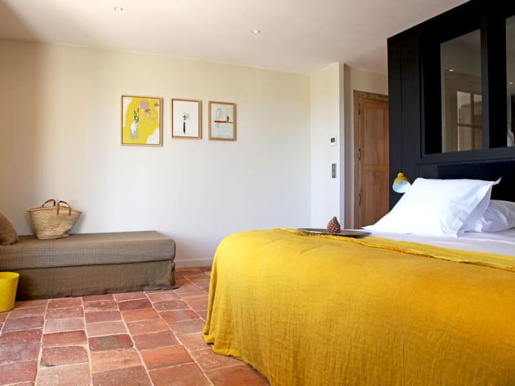 dessus de lit et accessoires jaunes le jaune en d co comment l 39 associer journal des femmes. Black Bedroom Furniture Sets. Home Design Ideas