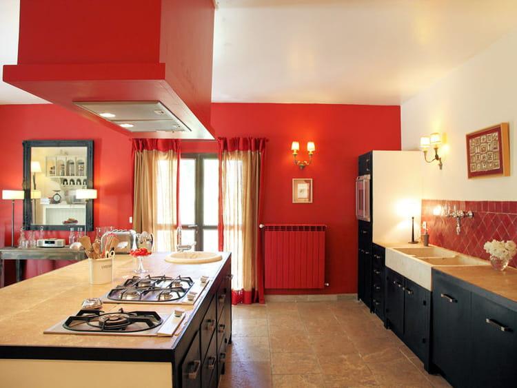 des cuisines rouge passion tendance et modernes journal des femmes. Black Bedroom Furniture Sets. Home Design Ideas