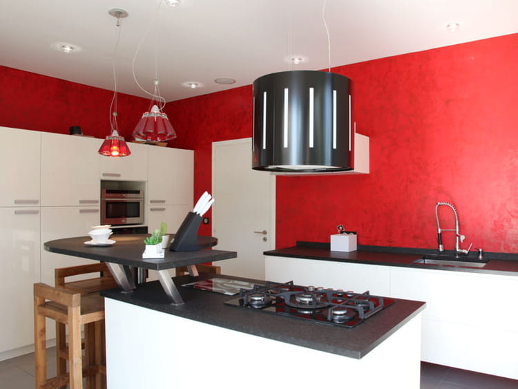 des murs rouge vif des cuisines rouge passion tendance et modernes journal des femmes. Black Bedroom Furniture Sets. Home Design Ideas