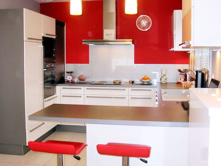 une cuisine ouverte en rouge et blanc. Black Bedroom Furniture Sets. Home Design Ideas