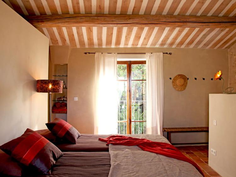 une chambre sous les toits une maison aux couleurs harmonieuses journal des femmes. Black Bedroom Furniture Sets. Home Design Ideas