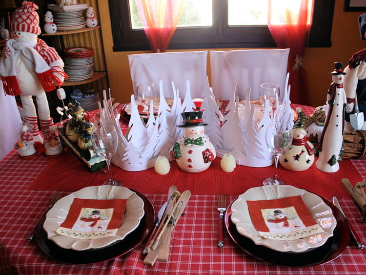 Table de no l en rouge et blanc for Decoration de table de noel argent