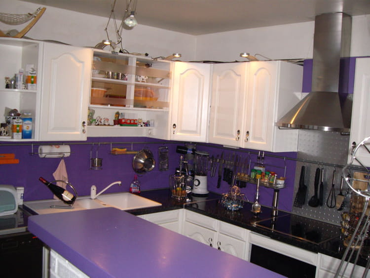 good virginal cuisine en violet with cuisine blanc et violet. Black Bedroom Furniture Sets. Home Design Ideas