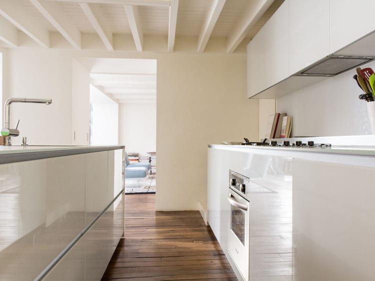 La cuisine ouverte du duplex de Vincent Frey est ultra-claire. Les ...