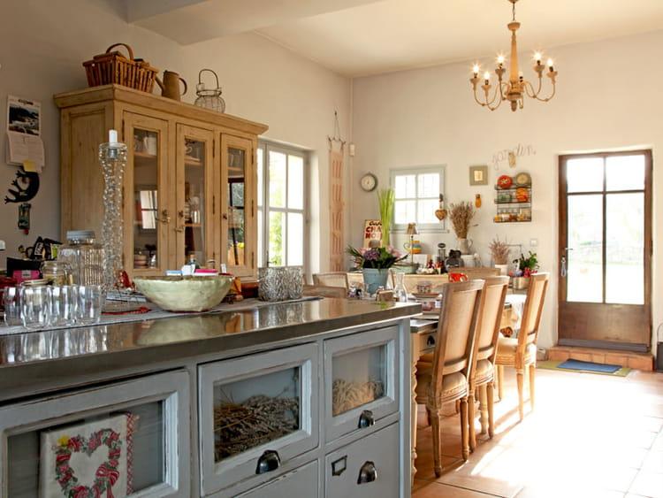 Une cuisine sympathique un mas au charme d licat for Deco cuisine ancienne campagne