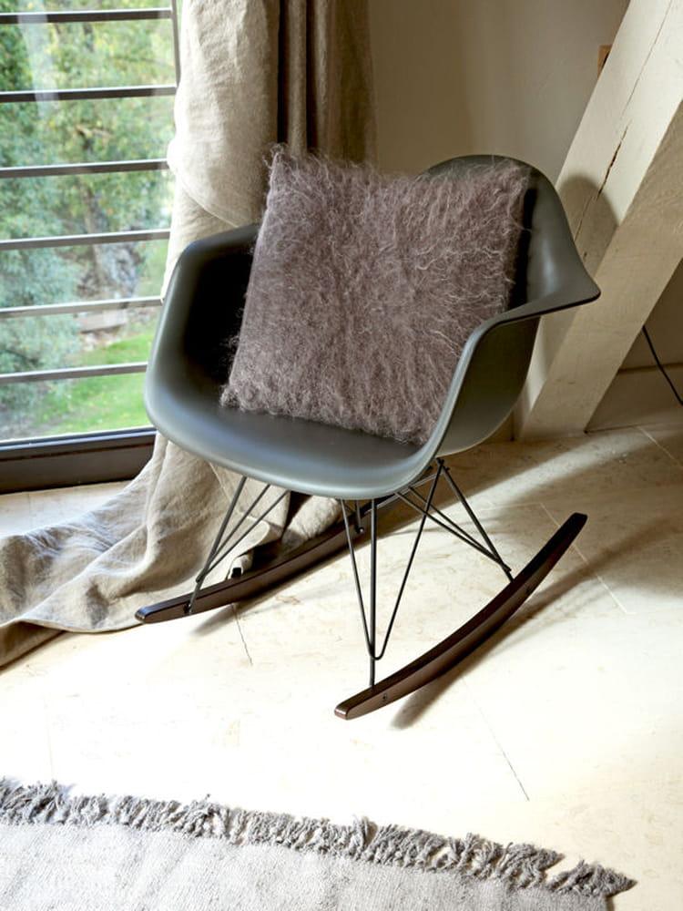 un fauteuil r tro bascule vintage attitude dans la d co journal des femmes. Black Bedroom Furniture Sets. Home Design Ideas