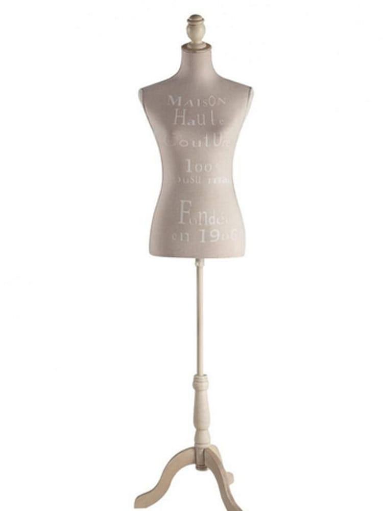 mannequin couture je veux le m me la maison une chambre romantique journal des femmes. Black Bedroom Furniture Sets. Home Design Ideas