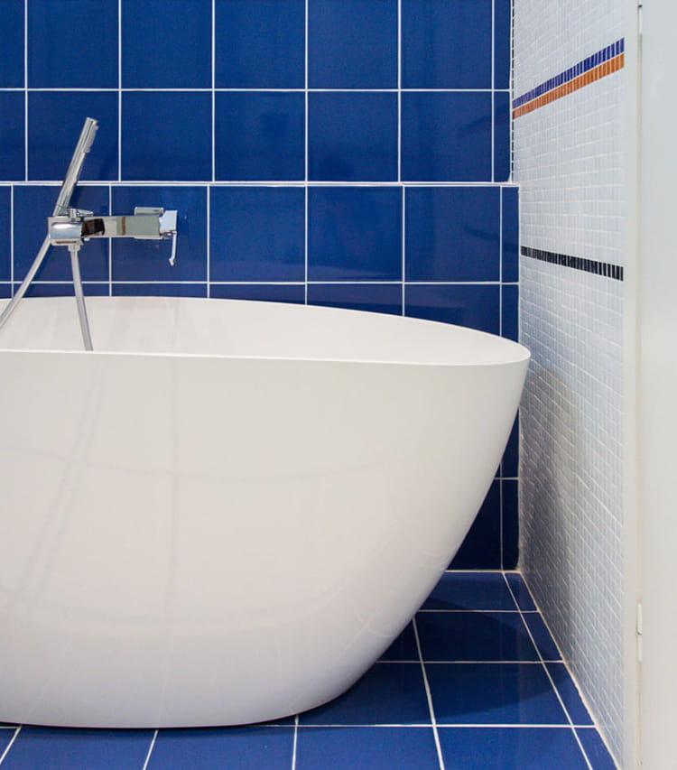 une baignoire comme un bateau le plein de couleurs dans. Black Bedroom Furniture Sets. Home Design Ideas