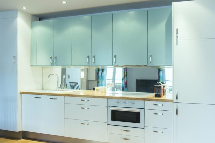 Une cuisine en longueur un 37 m bleu et blanc tout en for Cuisine turquoise et blanche