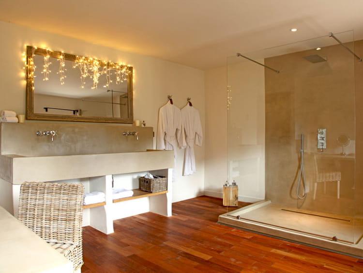 salle de bains lumineuse des salles de bains de. Black Bedroom Furniture Sets. Home Design Ideas
