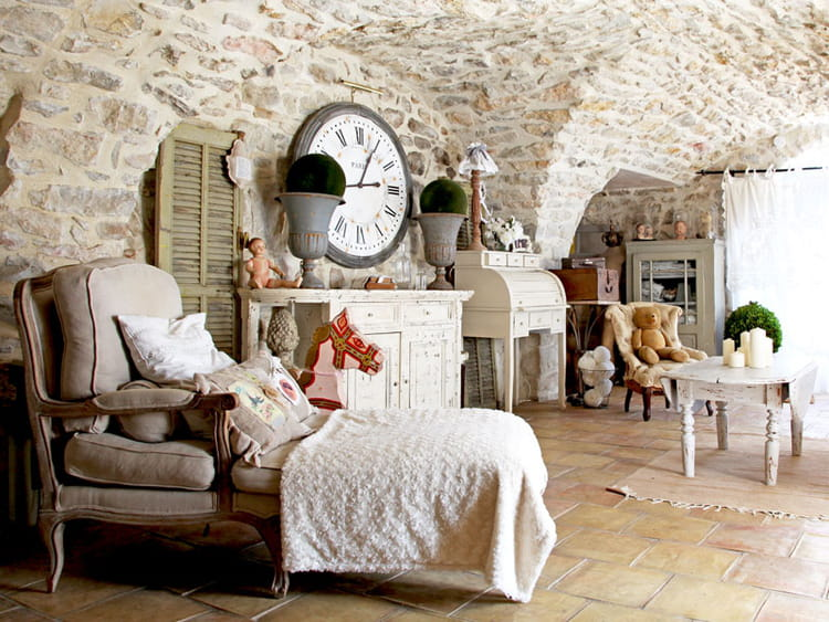 Charme et brocante dans une maison en pierres for Decoration interieur maison provencale