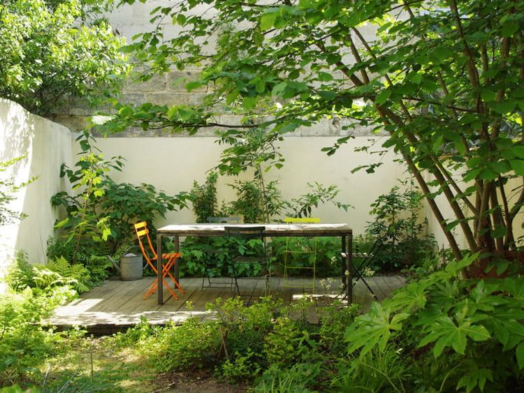 du mobilier de jardin color une salle de r union dans un jardin de ville journal des femmes. Black Bedroom Furniture Sets. Home Design Ideas