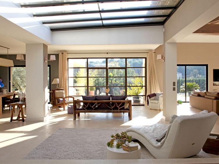 un salon illumin une verri re pour un int rieur ouvert et lumineux journal des femmes. Black Bedroom Furniture Sets. Home Design Ideas