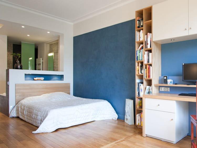 derri re le lit tendance la salle de bains ouverte sur la chambre journal des femmes. Black Bedroom Furniture Sets. Home Design Ideas