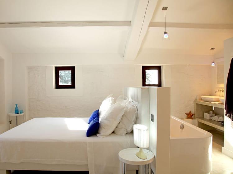 Une pi ce monochrome toute en harmonie tendance la for Tete de lit separation salle de bain