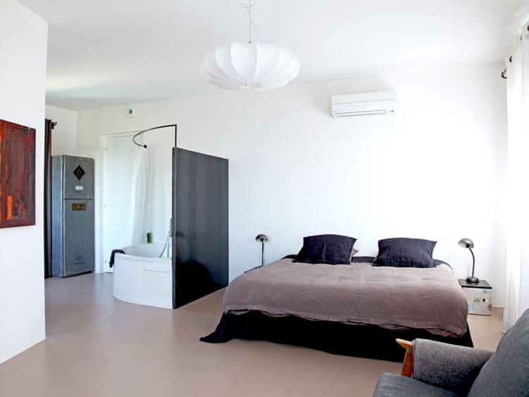 une chambre claire et naturelle tendance la salle de bains ouverte sur la chambre journal. Black Bedroom Furniture Sets. Home Design Ideas