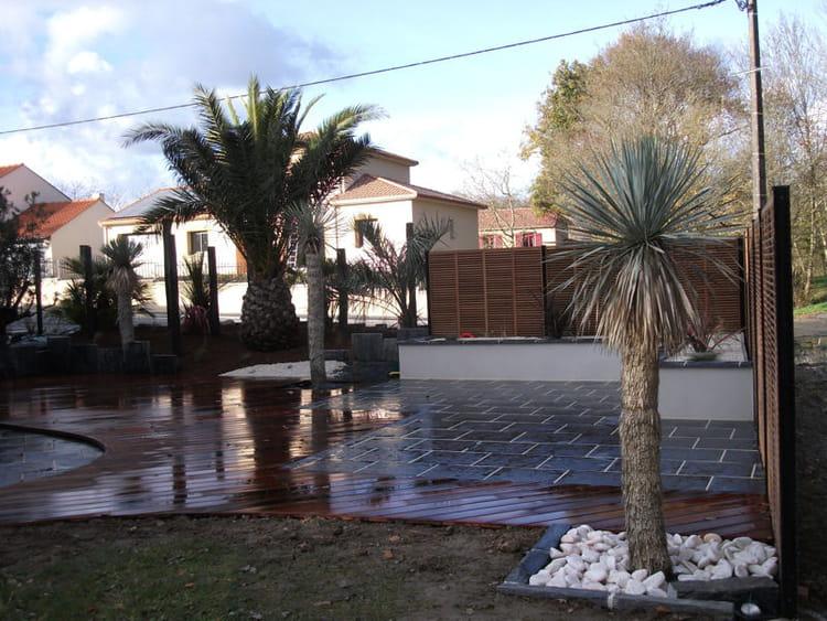 Une terrasse en bois et pierre reconstitu e un jardin sec et exotique avec - Pierre reconstituee terrasse ...