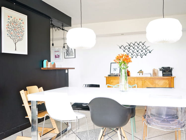 une salle manger avec des chaises d pareill es un appart 39 qui mixe d co vintage et style. Black Bedroom Furniture Sets. Home Design Ideas
