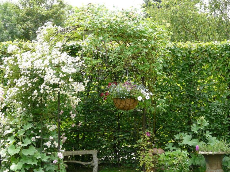 un petit coin romantique visite d 39 un foisonnant jardin l 39 anglaise journal des femmes. Black Bedroom Furniture Sets. Home Design Ideas