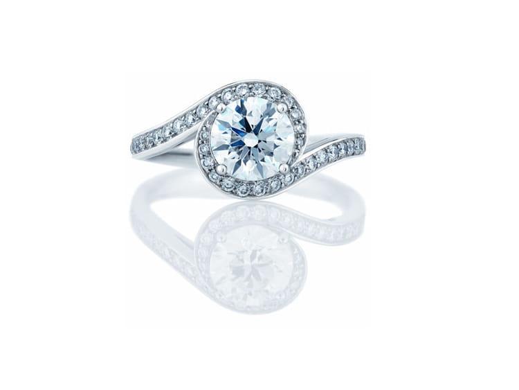 ... bague en platine sertie d'un diamant blanc de taille brillant. Prix