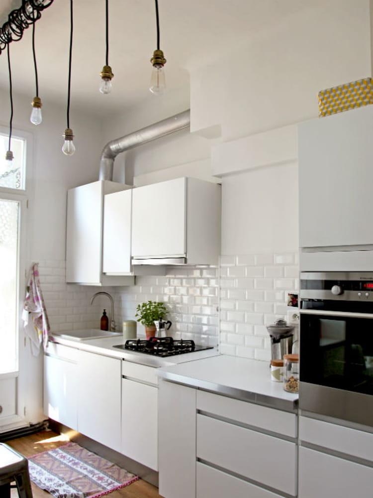 une cr dence fa on mur de m tro des cr dences de cuisine qui ont du style journal des femmes. Black Bedroom Furniture Sets. Home Design Ideas