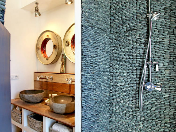 Un mur de galets fa on mosa que salle de bains la - Plaque de mosaique salle de bain ...