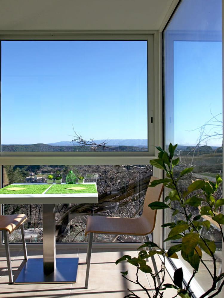 salle manger avec vue imprenable des maisons ouvertes sur l 39 ext rieur journal des femmes. Black Bedroom Furniture Sets. Home Design Ideas